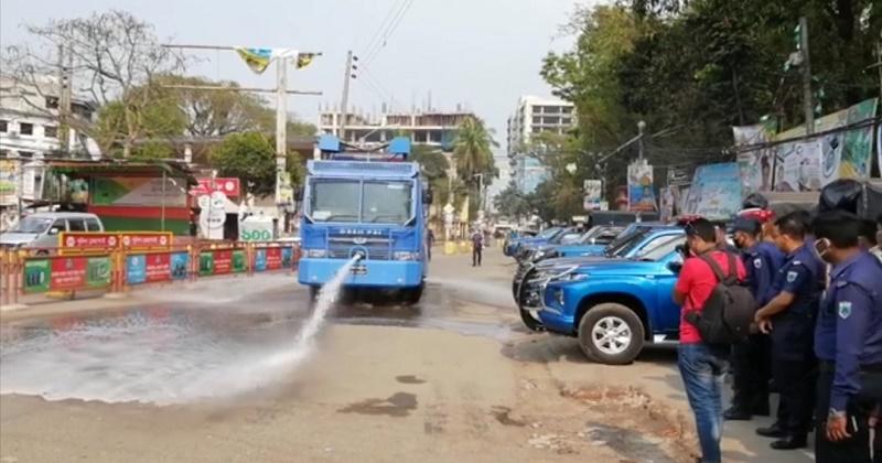 বগুড়া জেলা পুলিশের উদ্যোগে জীবাণুনাশক তরল পদার্থ ছিটানো শুরু