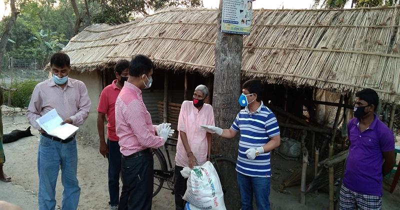 চুয়াডাঙ্গায়  খাদ্য সামগ্রী প্রদান করলো জেলা প্রশাসন ও পুলিশ সুপার