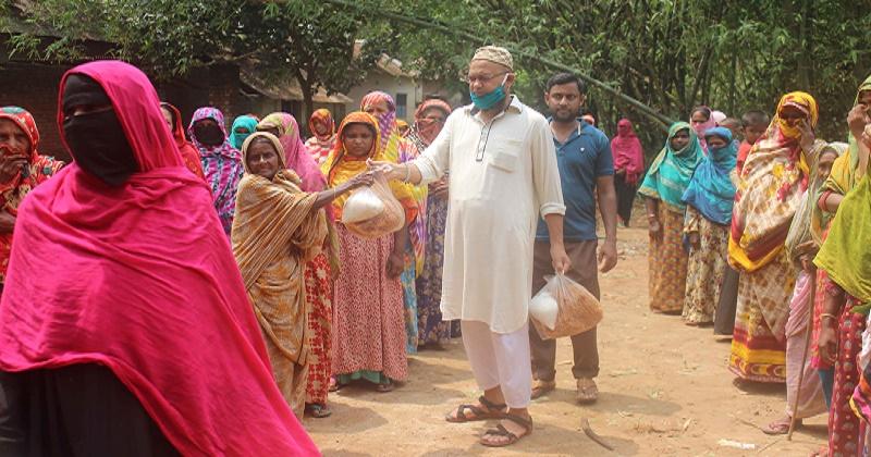 শাজাহানপুর উপজেলা বিএনপি'র আহবায়কের ঈদসামগ্রী প্রদান