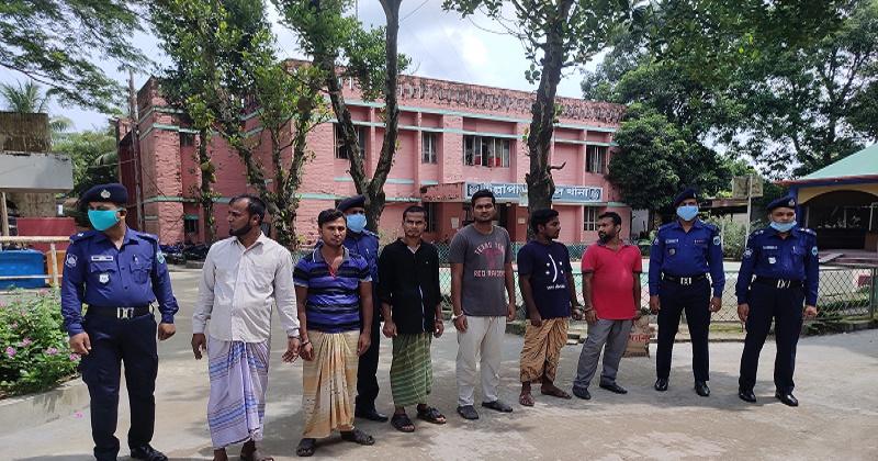 সিরাজগঞ্জে ককটেল বোমা সহ ৬ জন আটক