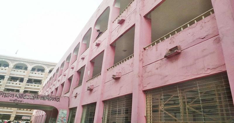 ঝুঁকিপূর্ণ ভবনেই চলছে লক্ষ্মীপুর জেলা আদালতের কার্যক্রম